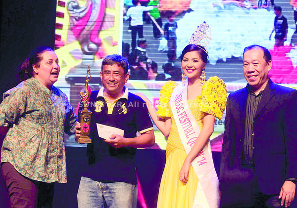 "CHIEF RULES. Sun.Star Cebu chief photographer Alex Badayos (second from left) receives the trophy for winning first prize in the Higante Category of the Sinulog 2014 Photo Contest. He is flanked by (from left) Sinulog Foundation marketing and promotion director Anna Conejero, Sinulog 2014 Festival Queen Christine Jael Abellanosa, and Sinulog Foundation Executive Director Ricky Ballesteros. ""Chief"" (as colleagues call him) also won the Contingent Photo Category and second place in the video documentary contest, along with Sun.Star Cebu journalist Kevin Lagunda and page editor and journalism teacher January Yap. (Sun.Star Cebu photo/Arni Aclao)"